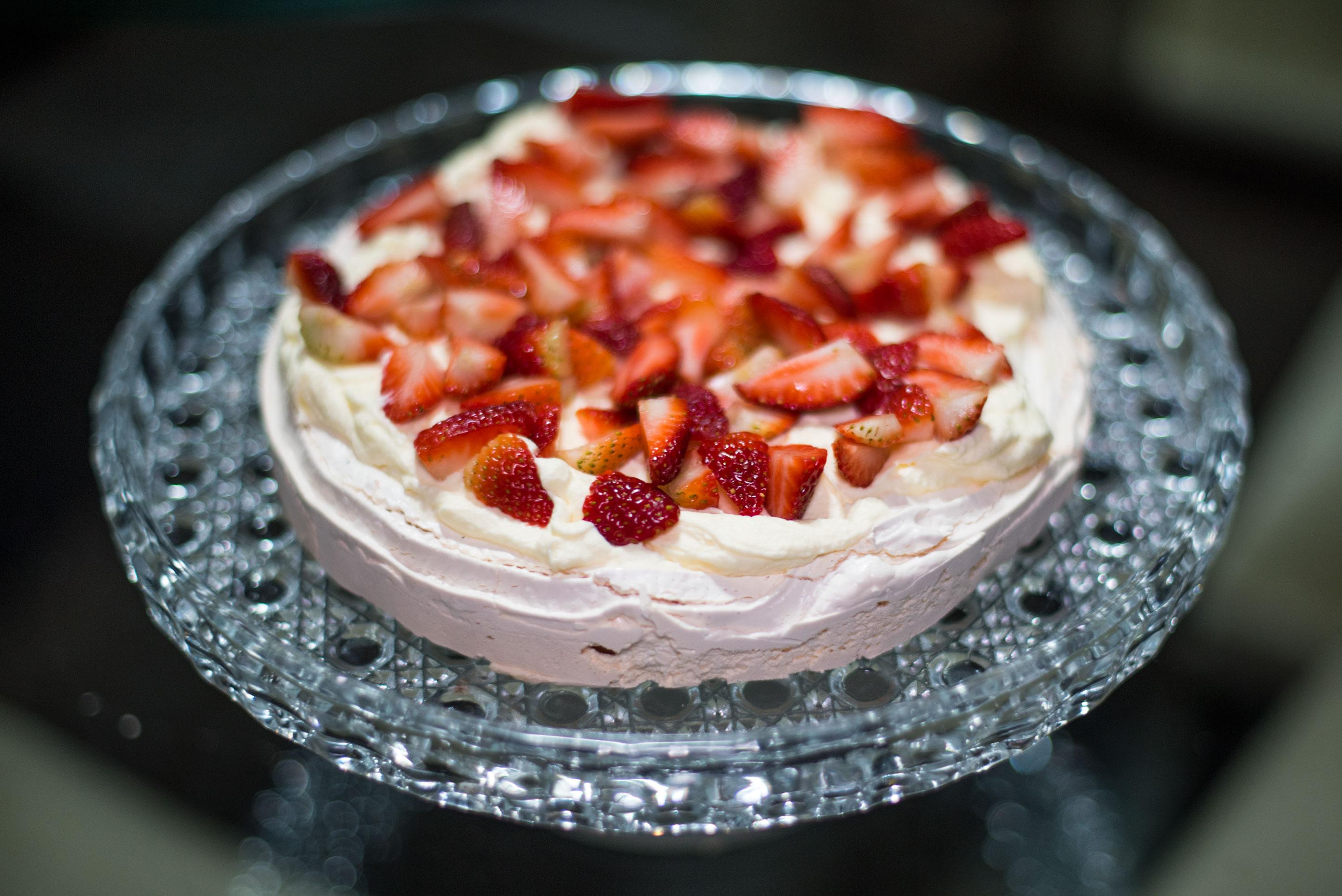 Receita de uma sobremesa deliciosa, feita apenas com suspiro (feito em casa), morangos e nata ou chatilly.